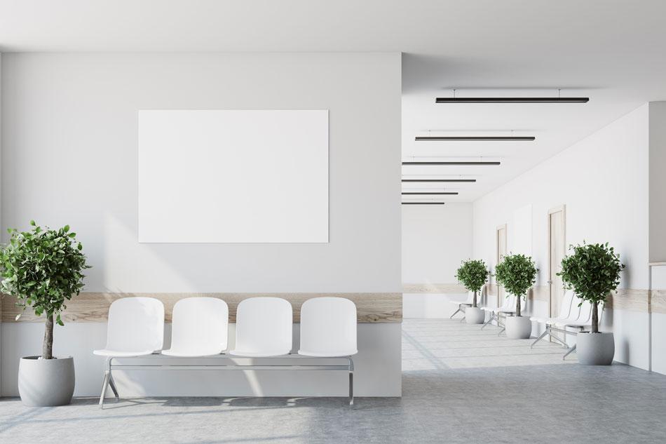Corredor hospitalar branco com portas e cadeiras brancas